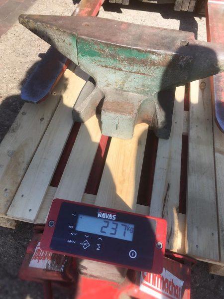 Der Amboss wiegt netto 210 kg